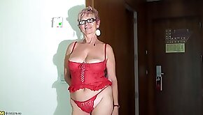 Horny granny Duffne opens her legs for a hot solo game